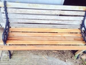 直した木製ベンチ