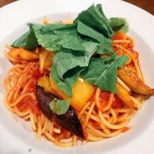 ラ・パウザ 夏野菜とルッコラのアラビアータ