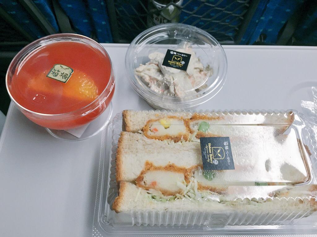 箱根ベーカリーのサンドイッチとサラダとゼリーな朝ごはん